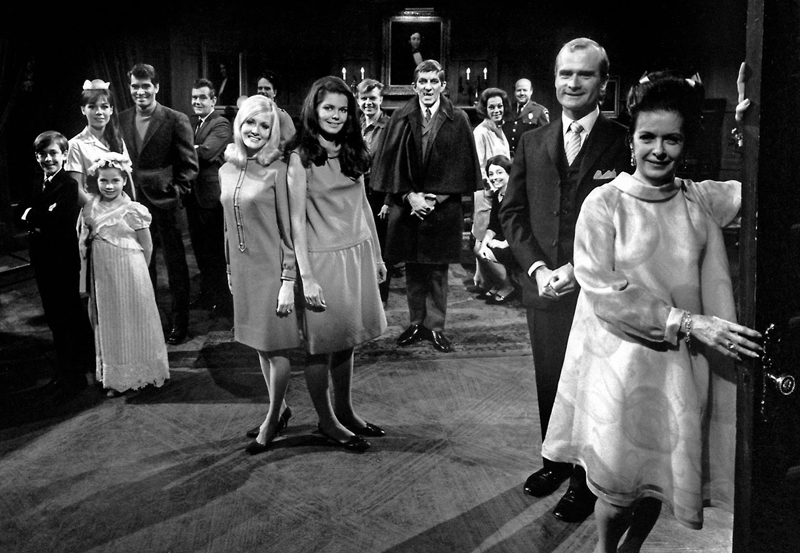 dark-shadows-1966-cast-photo-kathryn-leigh-scott-in-waitress-uniform-at-left-joan-bennett-at-right-vampire-jonathan-frid-and-blond-nancy-barrett-with-alexandra-isles-center