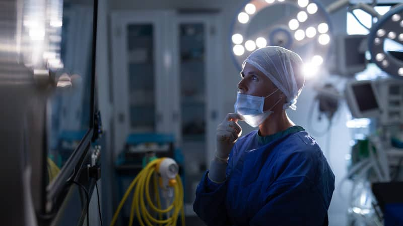 Surgeon's risky behavior Image