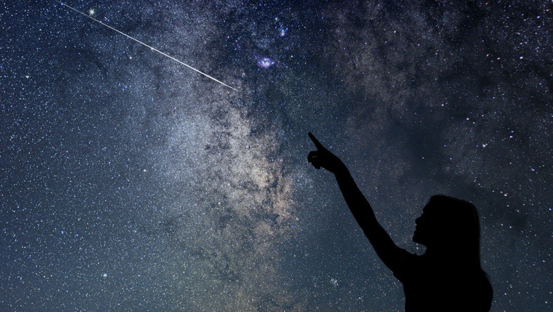 girl pointing at a meteor, for article on 2021 Perseid meteor shower Image